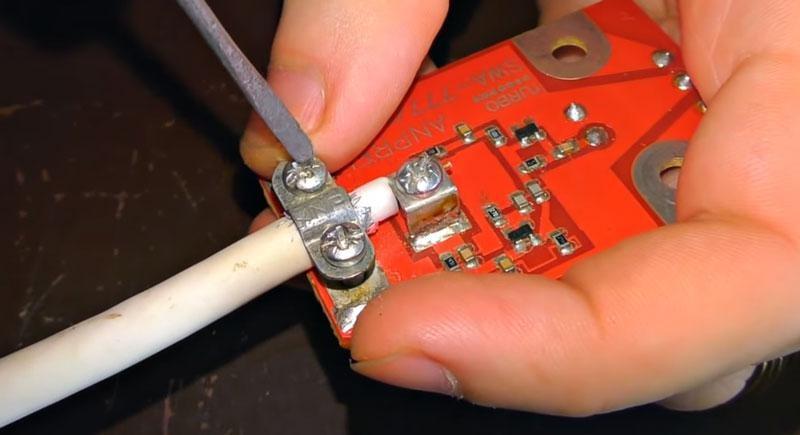 подсоединяем первый конец кабеля к усилителю